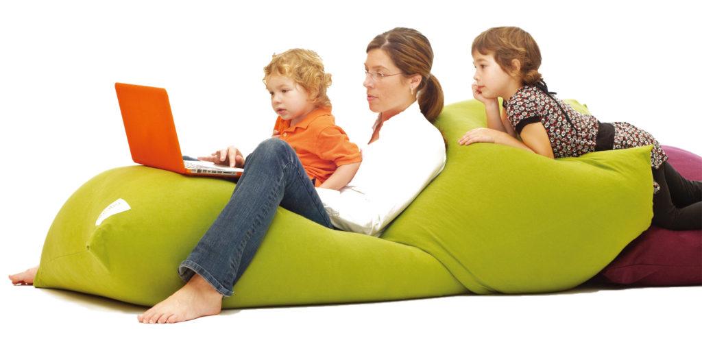 ヨギボーマックスを家族で仲良く使っている写真